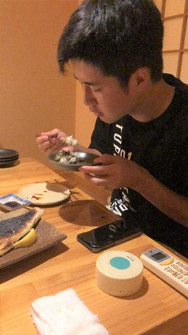 松いちの料理を食べている男の子の画像